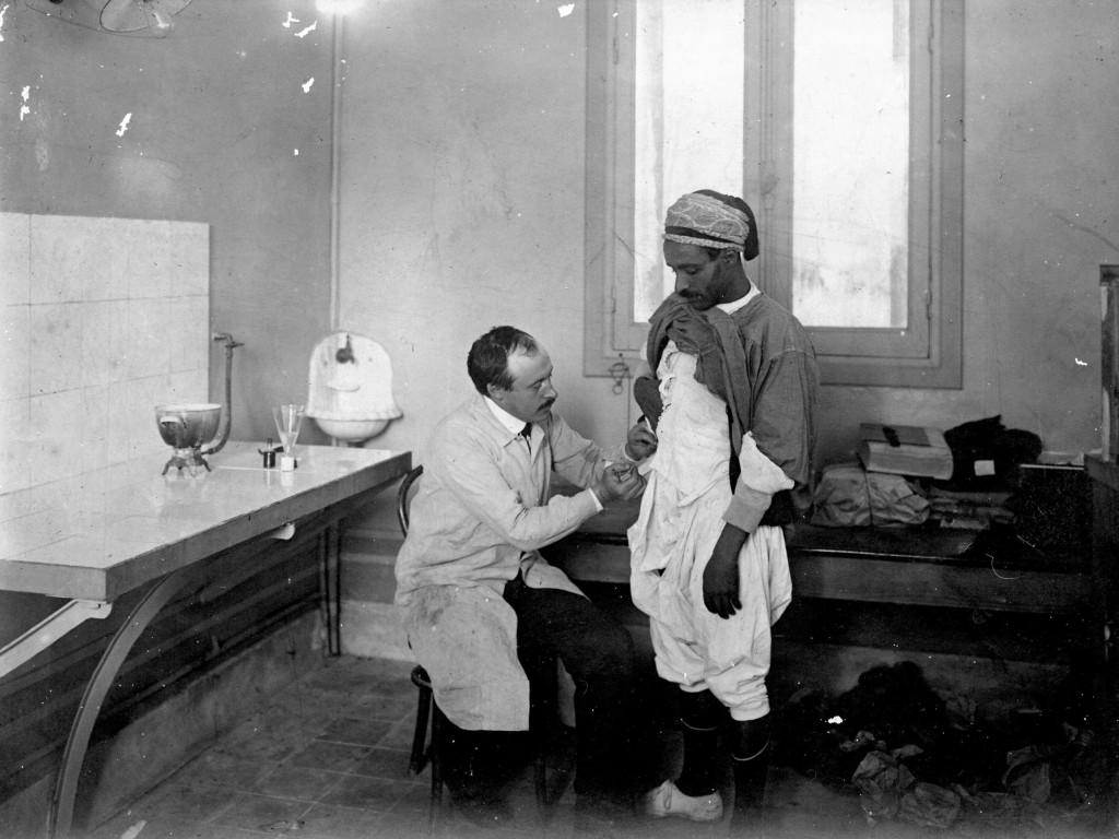 Le docteur Ludovic Blaizot vaccinant un Tunisien