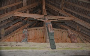 Poutre de gloire avec statues en bois polychrome : saint Jean, Christ, Vierge.