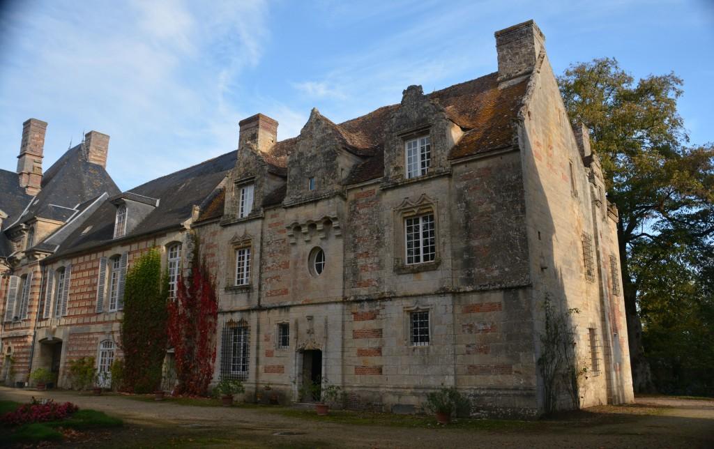 Cour d'Honneur : L'ancien manoir intégré dans le château de 1597