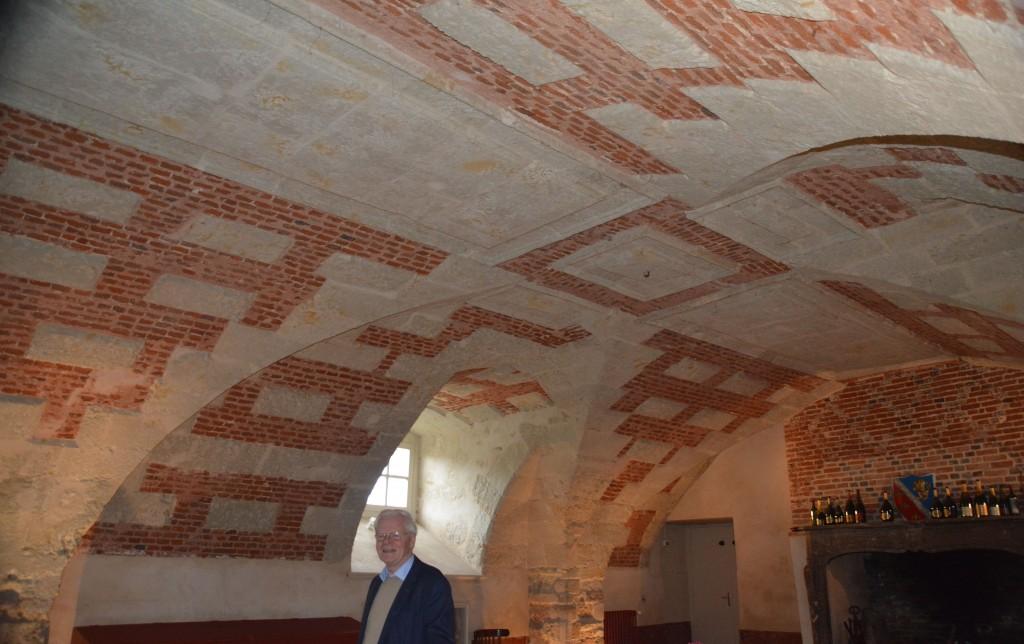 M. Jean-Claude LHOTEL nous présente la belle voûte de la salle François GABRIEL