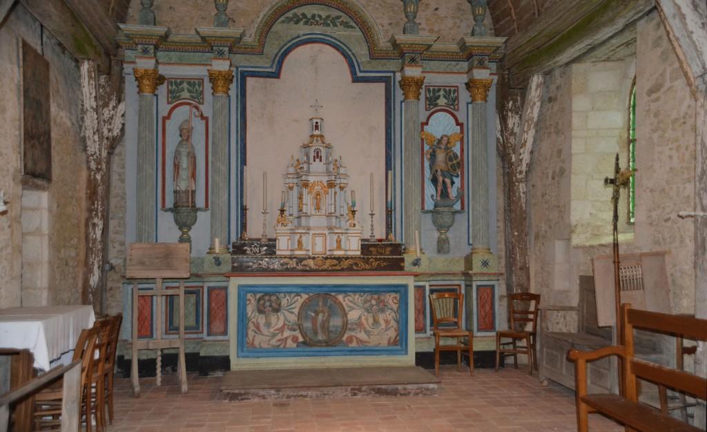 Choeur avec le retable : à gauche statue de saint Saturnin et à droite statue de saint Michel.