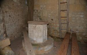 Le baptistère est un bloc de calcaire de forme octogonale, décoré de nervures ogivales du 15e siècle.